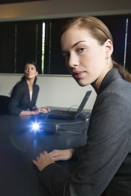 Hvordan koble en projektor til en Win7 Laptop