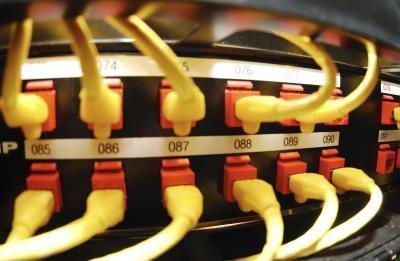 Hvordan koble en trådløs ruter til et Powerline Adapter