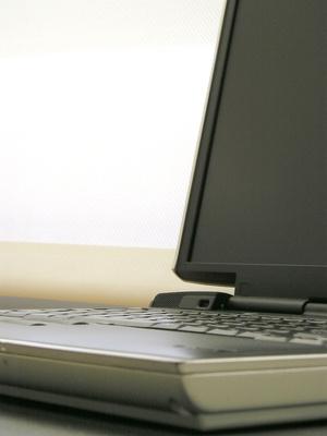 Hvordan til å lade en død laptop batteri