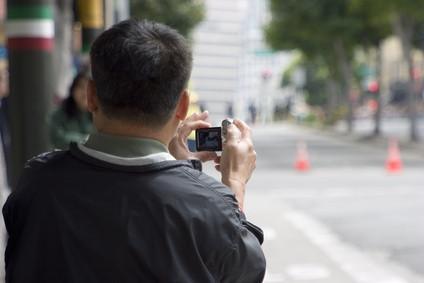 Hvordan sende en video med et bilde satt inn